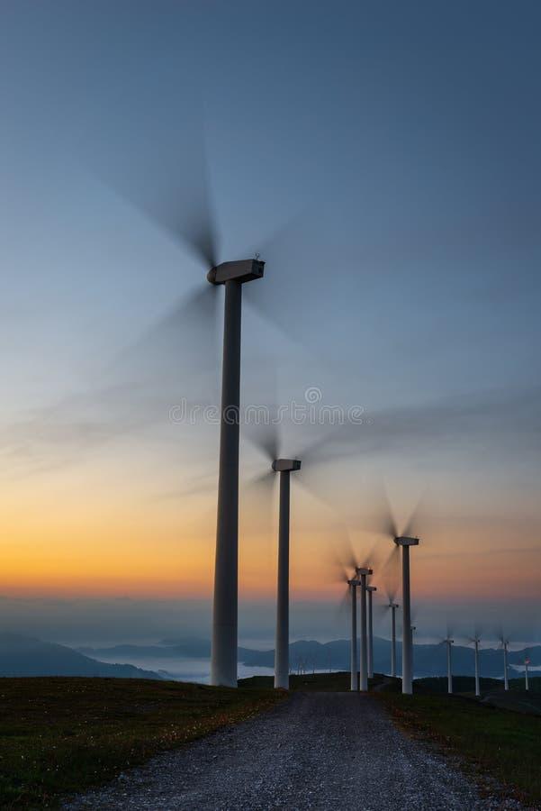 Las turbinas de viento cultivan, montaña de Oiz, país vasco, España imagenes de archivo