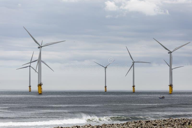 Las turbinas de viento debajo del río juntan con te el estuario foto de archivo