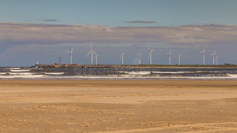 Las turbinas de viento en el Mar del Norte costean, Hartlepool, Reino Unido imagen de archivo libre de regalías