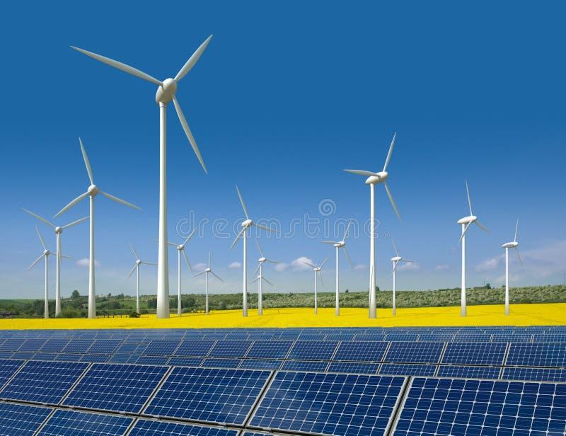Las turbinas de viento y los paneles solares en una rabina colocan fotografía de archivo