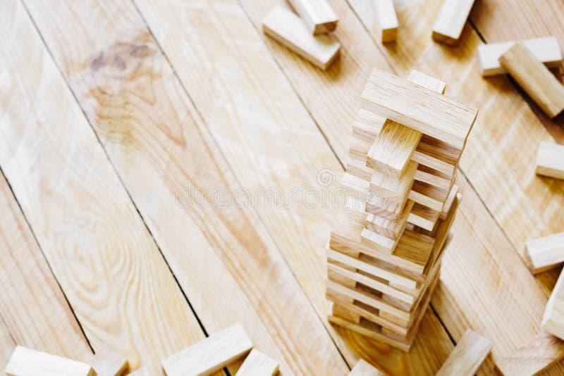 Las unidades de creación de madera se elevan en el fondo de madera con el espacio de la copia imagen de archivo