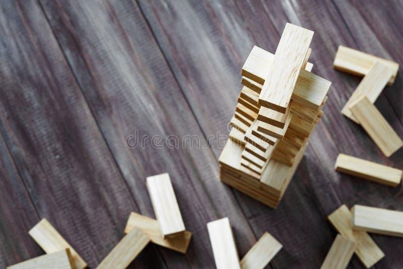 Las unidades de creación de madera se elevan en fondo de madera oscuro con la copia s imagen de archivo libre de regalías