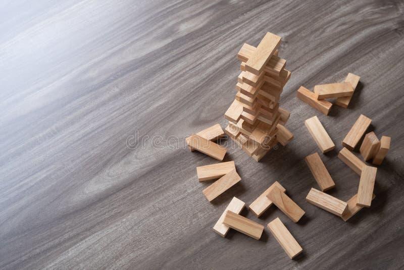 Las unidades de creación de madera se elevan en la opinión superior del fondo de madera con imagen de archivo libre de regalías