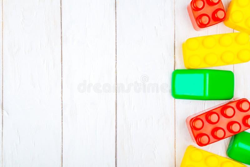 Las unidades de creación plásticas de los niños El plano pone en backgroun de madera imagen de archivo libre de regalías