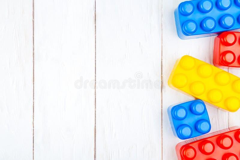 Las unidades de creación plásticas de los niños El plano pone en backgroun de madera foto de archivo