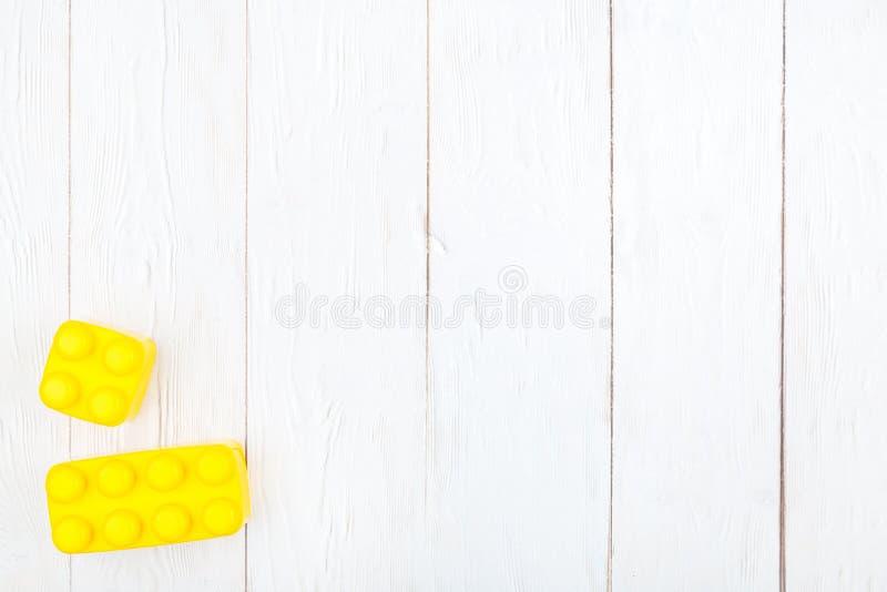 Las unidades de creación plásticas de los niños El plano pone en backgroun de madera fotos de archivo libres de regalías