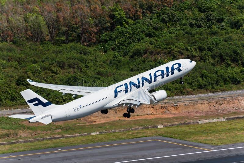 Las vías aéreas de Finnair sacan en el aeropuerto de Phuket fotografía de archivo