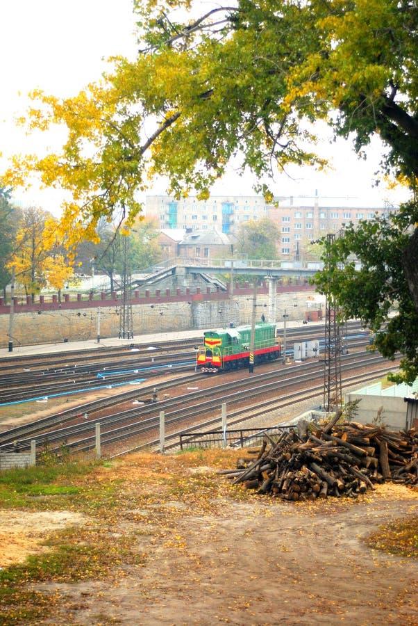 Las vías ferroviarias y la ciudad de Járkov ajardinan en el horizonte, pequeño tren viejo del mantenimiento no lejos del ferrocar fotos de archivo