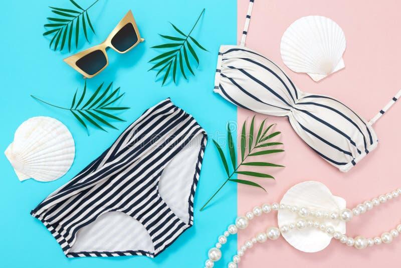 Las vacaciones de verano ponen completamente en fondo azul y rosado imagenes de archivo