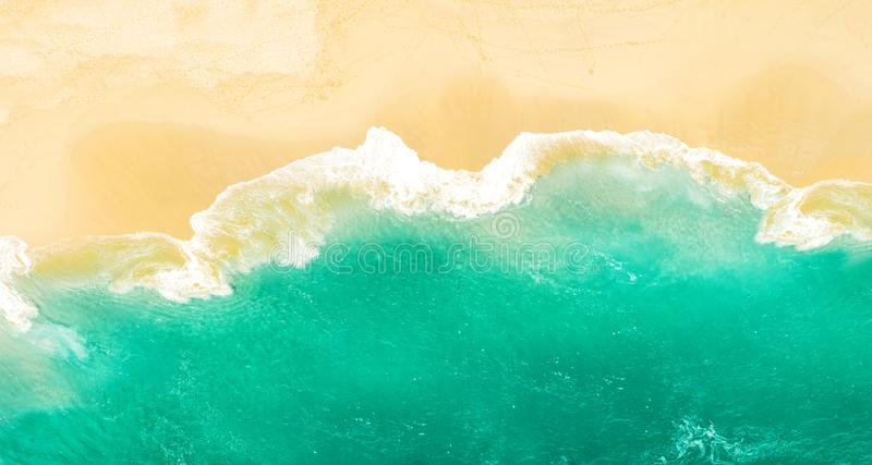 Las vacaciones de verano solas de la agua de mar de la playa de la arena viajan fondo imagen de archivo libre de regalías
