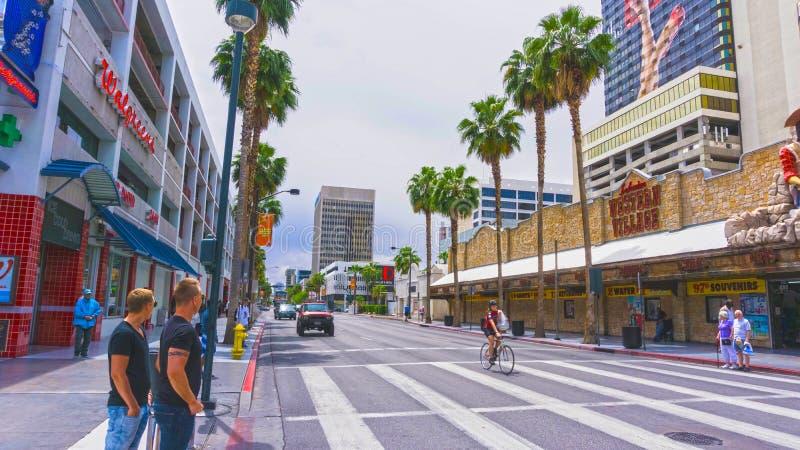 Las Vegas Amerikas förenta stater - Maj 07, 2016: Folket som går på den Fremont gatan arkivfoton