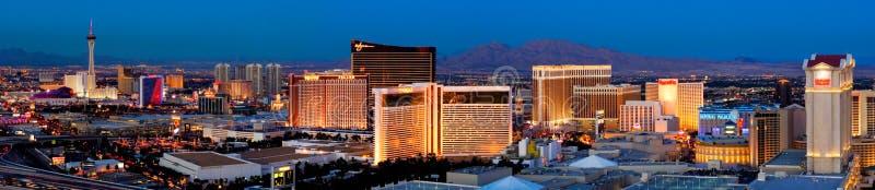 Las Vegas Boulevard, también conocido como la tira, es inundado con las luces brillantemente coloreadas en la noche en 2007 imagenes de archivo