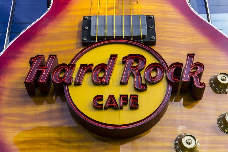 Las Vegas - Circa December 2016: Hardet Rock Cafe på remsan Det hårt vaggar tecknet bäddas in i en Gibson Les Paul Guitar III arkivbilder