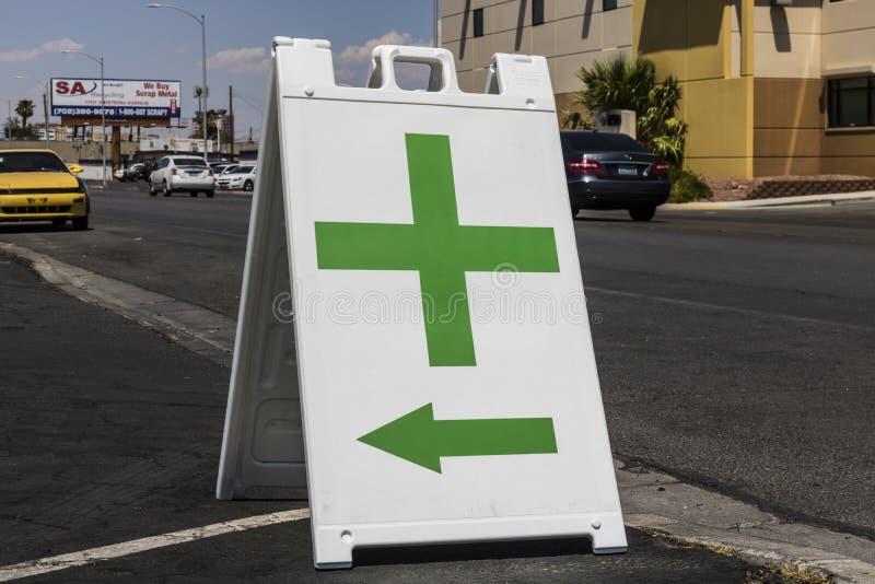 Las Vegas - Circa Juli 2017: Groen Dwarsteken Het groene kruis is een gemeenschappelijk die symbool in marihuanagemeenschap II wo stock foto
