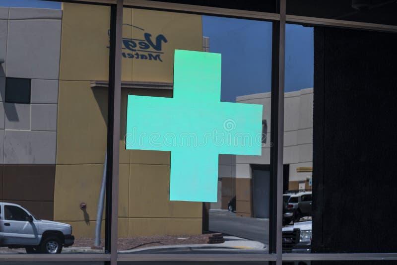 Las Vegas - Circa Juli 2017: Groen Dwarsteken Het groene kruis is een gemeenschappelijk die symbool in marihuanagemeenschap III w stock afbeelding