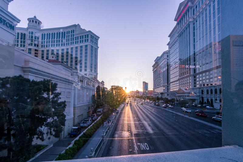 Las Vegas, de V.S. - 28 April, 2018: Tourtists en verkeer op Las veg stock fotografie