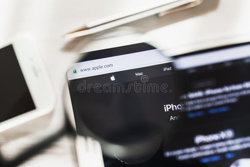 Las Vegas, de V.S. - 6 Maart 2019: Apple, homepage van de Elektronikaces de officiële website onder vergrootglas Concept Apple stock foto