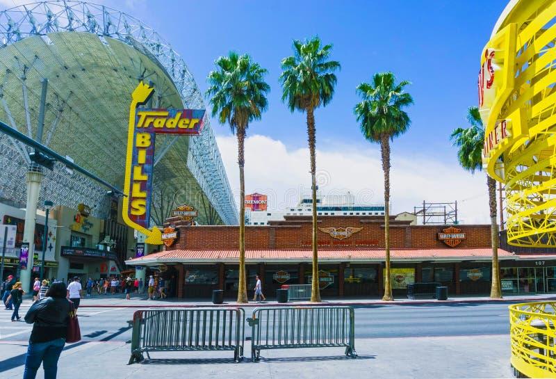 Las Vegas, de Verenigde Staten van Amerika - Mei 07, 2016: De mensen die bij Fremont-Straat lopen stock foto's