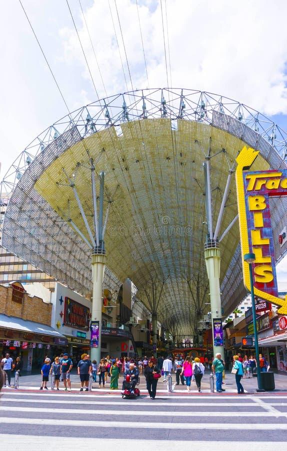 Las Vegas, de Verenigde Staten van Amerika - Mei 07, 2016: De mensen die bij Fremont-Straat lopen royalty-vrije stock afbeelding