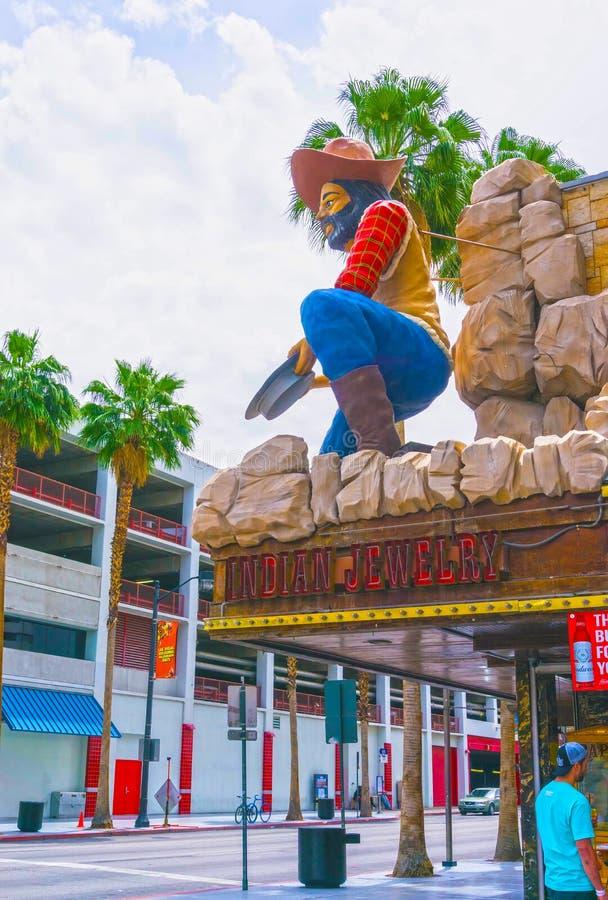Las Vegas, die Vereinigten Staaten von Amerika - 7. Mai 2016: Die Leute, die an Fremont-Straße gehen lizenzfreie stockbilder