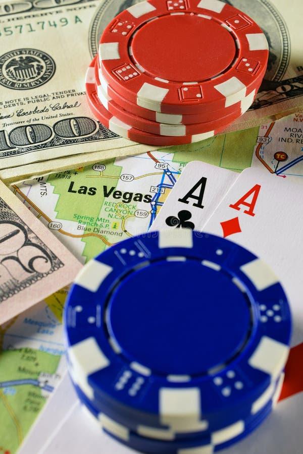 Las Vegas en mapa con el dinero, las fichas de póker y los pares de naipes de los as fotografía de archivo