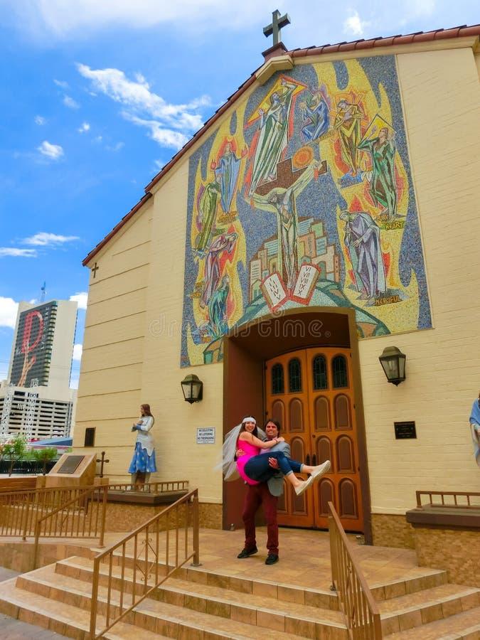 Las Vegas, Estados Unidos da América - 7 de maio de 2016: Casamento em Las Vegas na capela branca pequena imagem de stock