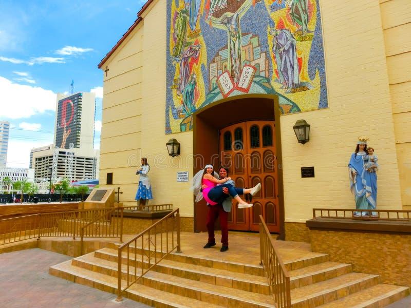 Las Vegas, Estados Unidos da América - 7 de maio de 2016: Casamento em Las Vegas na capela branca pequena imagens de stock