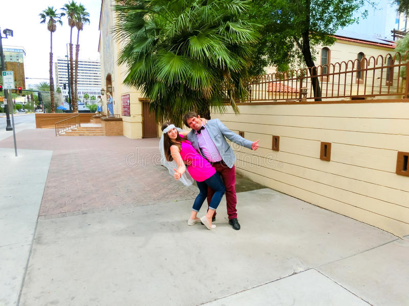 Las Vegas, Estados Unidos da América - 7 de maio de 2016: Casamento em Las Vegas na capela branca pequena fotos de stock royalty free
