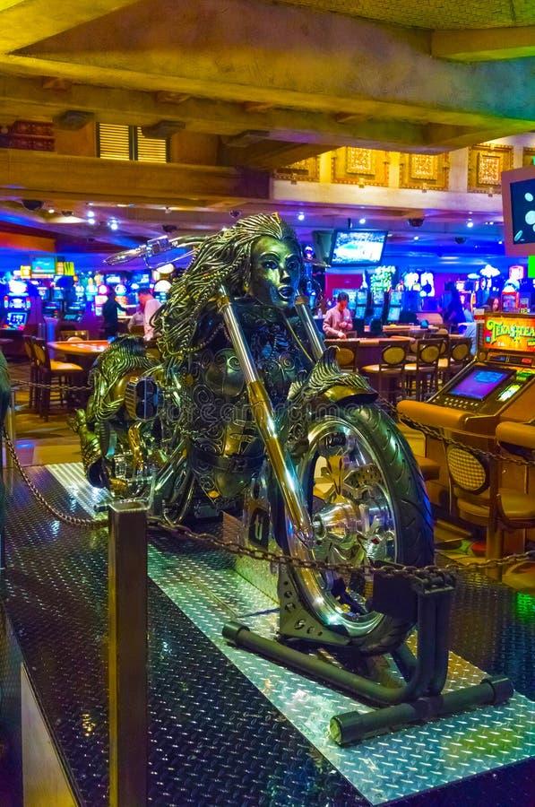 Las Vegas, Estados Unidos da América - 7 de maio de 2016: A motocicleta e as tabelas de prata para o jogo de cartas no casino de  imagens de stock royalty free