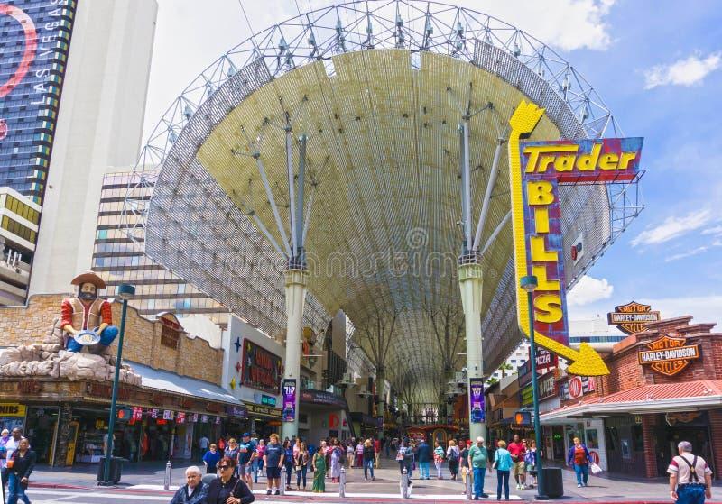 Las Vegas, Estados Unidos da América - 7 de maio de 2016: Os povos que andam na rua de Fremont fotografia de stock