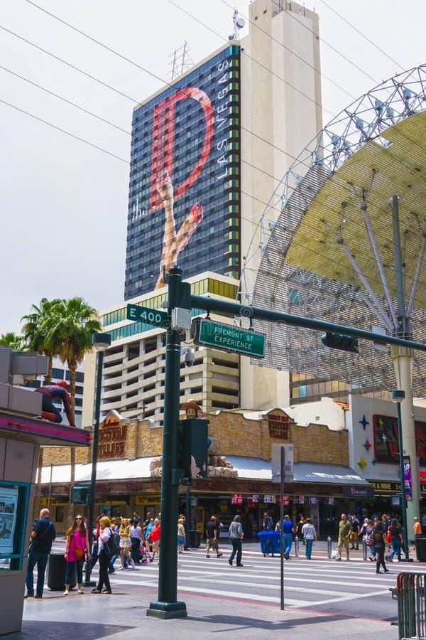 Las Vegas, Estados Unidos da América - 7 de maio de 2016: Os povos que andam na rua de Fremont fotos de stock