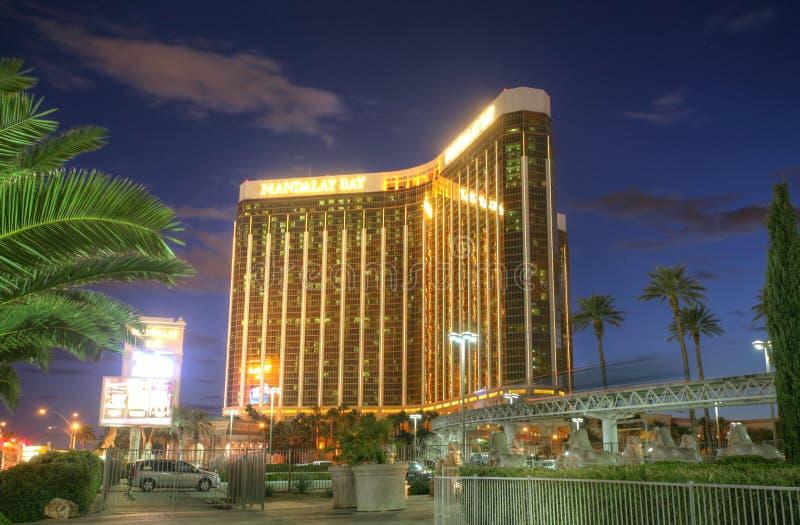 LAS VEGAS - 3 FEBBRAIO: Vista di tramonto dell'hotel e del casinò della baia di Mandalay fotografia stock libera da diritti