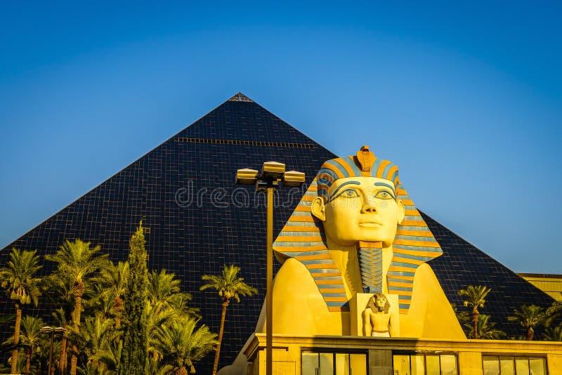 Las Vegas, il Nevada, una ricreazione di grande Sfinge di Giza e una piramide immagine stock