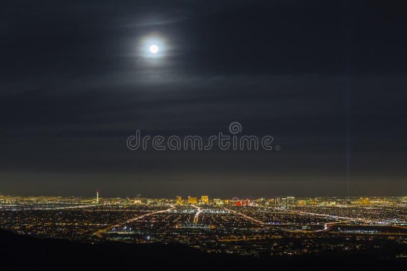 Las Vegas księżyc w pełni i pejzaż miejski linia horyzontu zdjęcia stock
