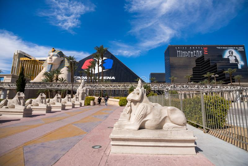 Las Vegas, los E.E.U.U. - 26 de abril de 2018: El hotel famoso i de la pirámide de Luxor imagenes de archivo