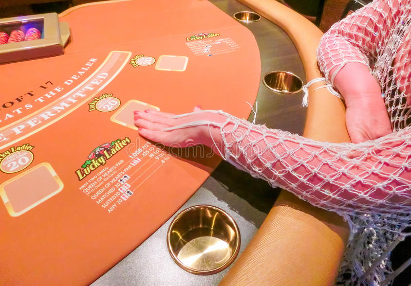 Las Vegas, los Estados Unidos de América - 11 de mayo de 2016: La mujer que se sienta en la tabla de tarjeta en el casino de Frem imagenes de archivo