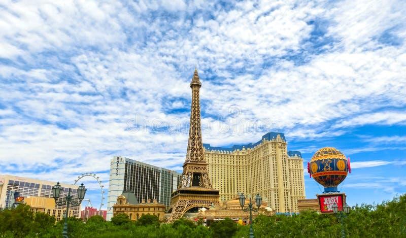 Las Vegas, los Estados Unidos de América - 5 de mayo de 2016: Torre Eiffel de la reproducción adentro con el cielo azul claro foto de archivo