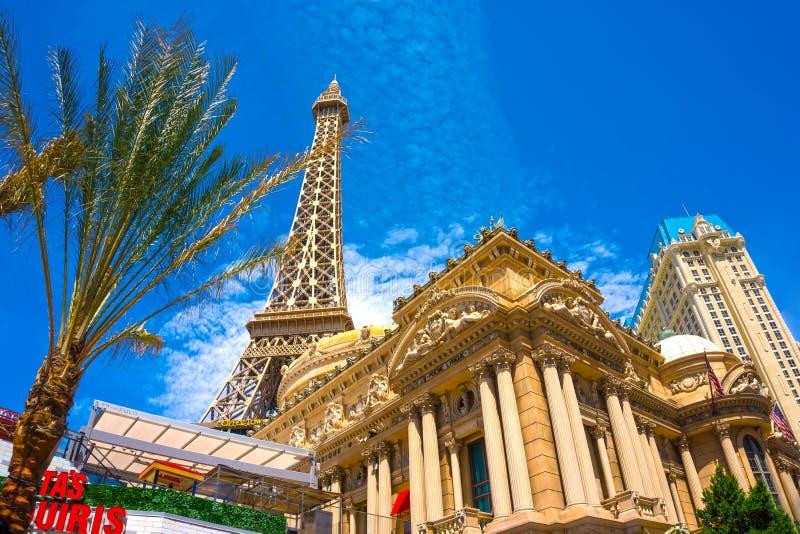Las Vegas, los Estados Unidos de América - 5 de mayo de 2016: Torre Eiffel de la reproducción adentro con el cielo azul claro imagenes de archivo