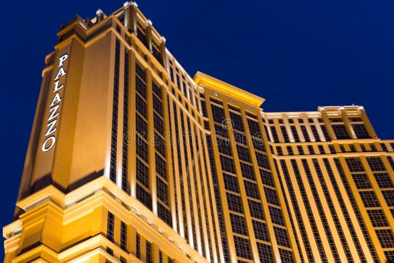 LAS VEGAS - MEI 29, 2015: Het Palazzo-het luxehotel en casino nemen bij nacht zijn toevlucht die op de Strook in Las Vegas, Nevad royalty-vrije stock afbeeldingen