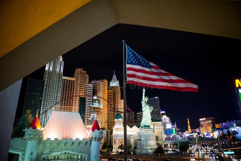 Las Vegas nachts Amerikanische Flagge in der Front lizenzfreie stockfotografie