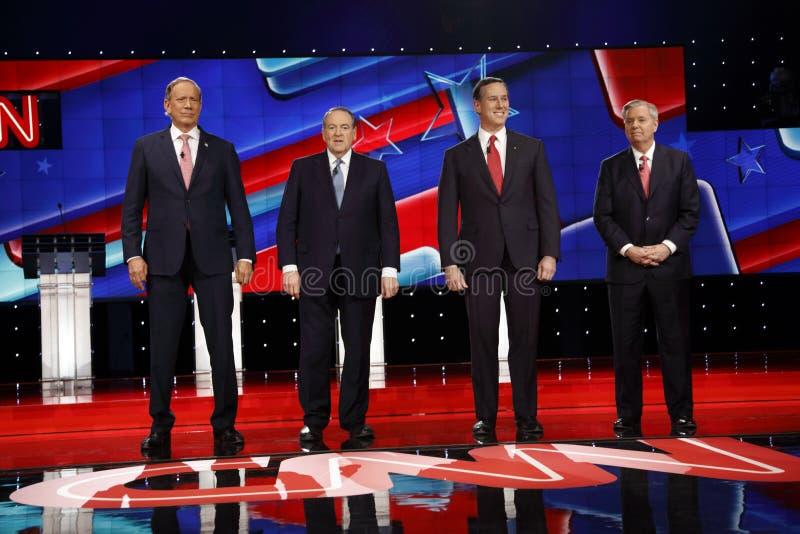 LAS VEGAS, nanovolt, o 15 de dezembro de 2015, candidatos presidenciais republicanos na tabela das crianças levanta para a imagem foto de stock