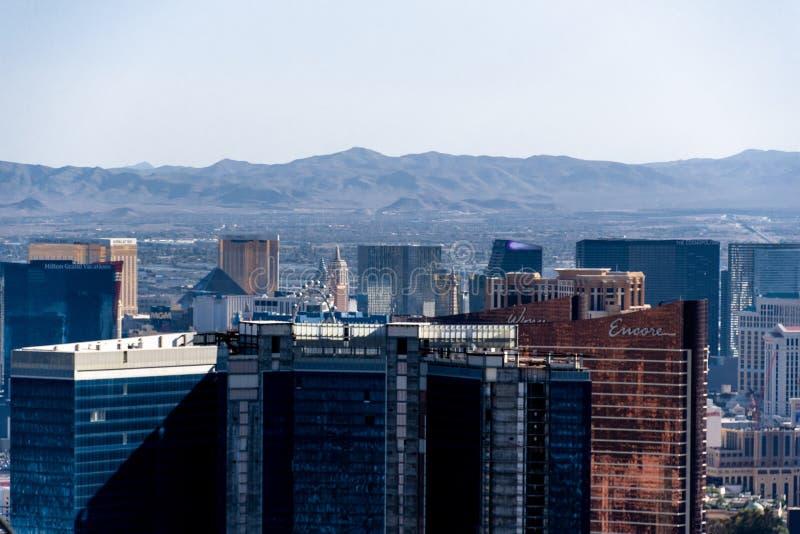 Las Vegas, nanovoltio, los E.E.U.U. 09032018: paisaje urbano de la torre de la estratosfera durante el día con las montañas en el imagen de archivo