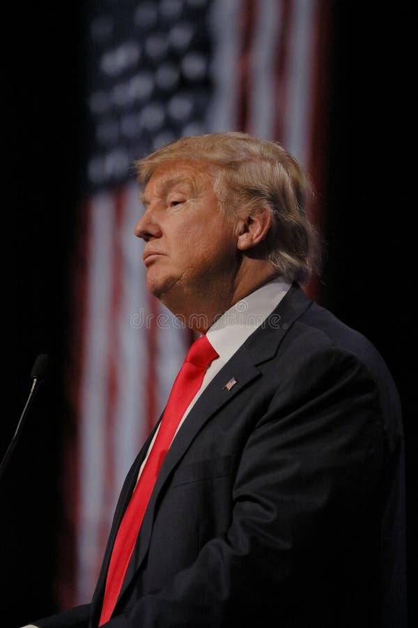 LAS VEGAS NEVADA, DECEMBER 14, 2015: Republikansk presidentkandidatDonald Trump profil och flagga på aktionhändelsen på Westgate arkivfoto