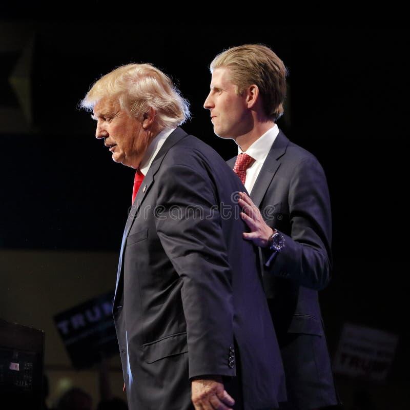 LAS VEGAS NEVADA, EL 14 DE DICIEMBRE DE 2015: Candidato presidencial republicano Donald y su hijo, Eric Trump en el evento de cam foto de archivo