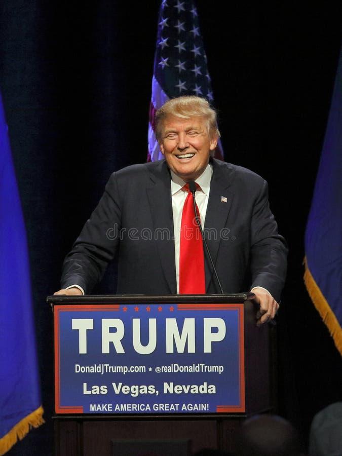 LAS VEGAS NEVADA, EL 14 DE DICIEMBRE DE 2015: El candidato presidencial republicano Donald Trump sonríe detrás del podio en el ev fotos de archivo