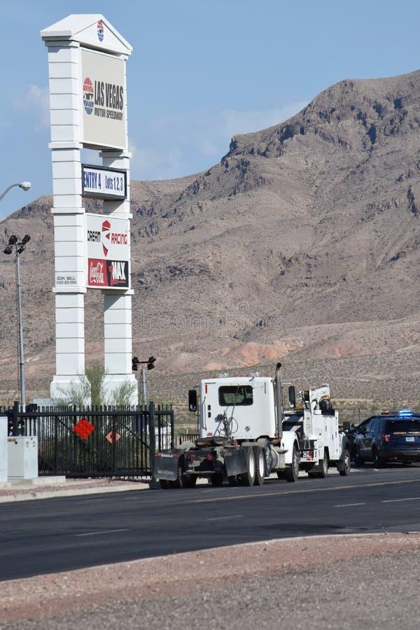 Las Vegas Nevada/Förenta staterna - Juli 25, 2019: Trafiksammanstötning mellan släplastbilen och SUV på Las Vegas Blvd norr fotografering för bildbyråer