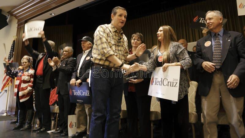 LAS VEGAS, NEVADA, LE 17 DÉCEMBRE 2015 : Sénateur de candidat républicain à la présidentielle Ted Cruz, le R-Texas, serre la main photo libre de droits