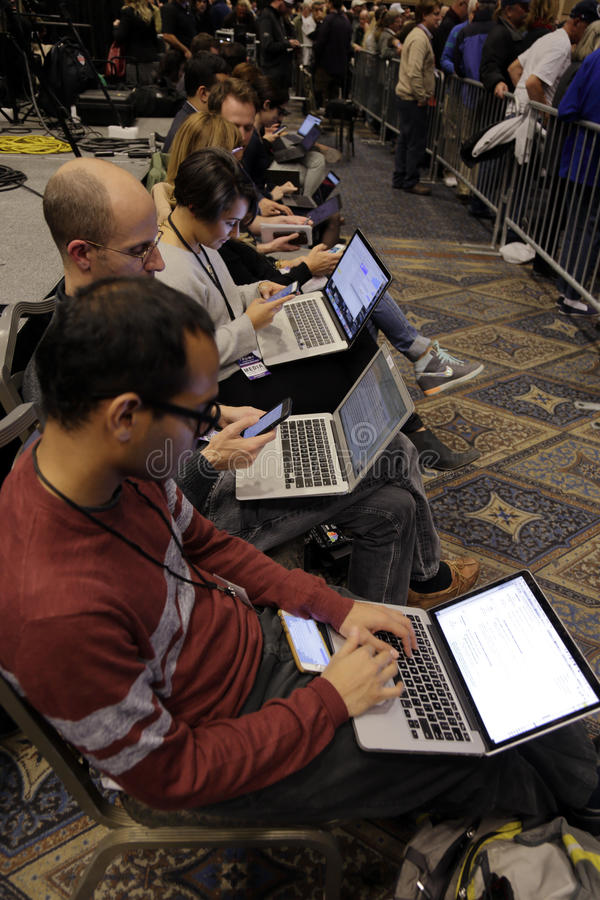 LAS VEGAS NEVADA, LE 14 DÉCEMBRE 2015 : tpes nationaux de médias dans des ordinateurs pendant l'événement de campagne présidentie images libres de droits