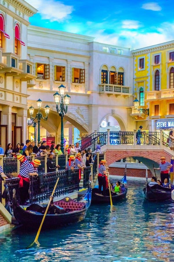 Las Vegas, Nevada los E.E.U.U. - 28 de julio de 2016 el hotel turístico y el casino venecianos, gondolero imagen de archivo libre de regalías