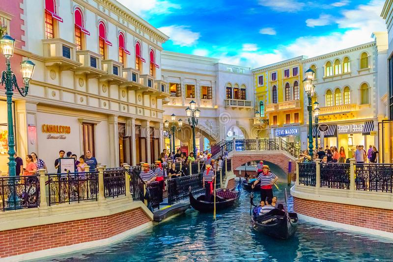 Las Vegas, Nevada los E.E.U.U. - 28 de julio de 2016 el hotel turístico y el casino venecianos, gondolero fotos de archivo libres de regalías
